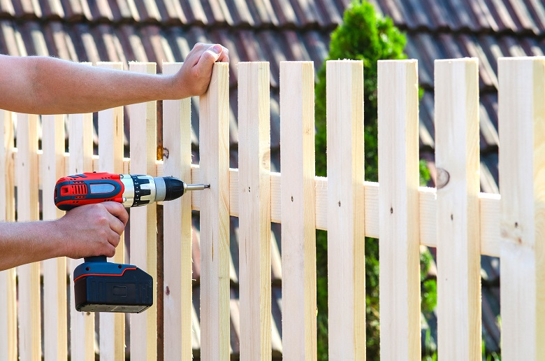 wooden-fence-building